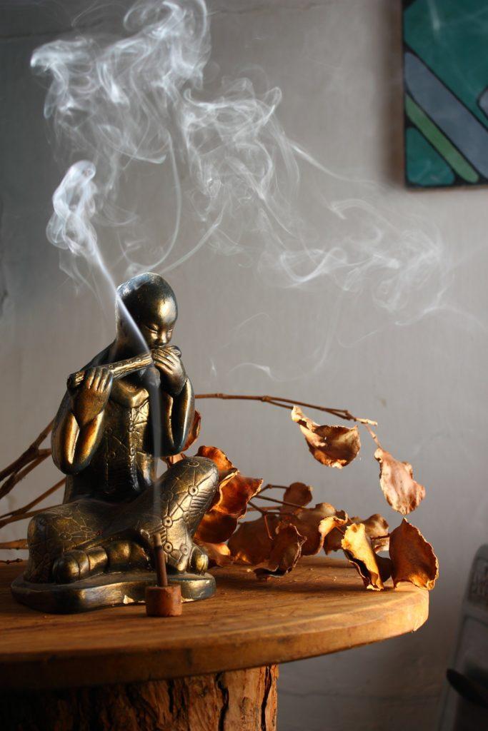 Buddha mit Räucherstäbchen